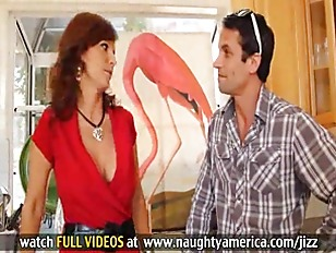 Milf Syren De Mer shows off he