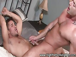 Muscly Pornstar Blows Load
