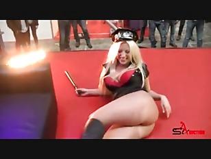 Blondie fesser fucks in public (huuu)
