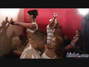 セルフィー世代のマナー プール更衣室で自撮りする女子中学生