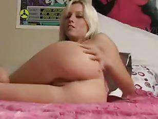 Amateur Wiggles Her Ass...