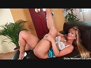 Picture Busty Mom Gives Her Lickable Pussy A Treat