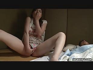 おさげの髪のロリ娘がパイパンまんこに指をねじ込んで一人エッチにの学生系動画