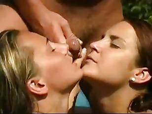 元気ハツラツ女子高生がベットでおっさんにベロチューされて発情するのロリ系動画