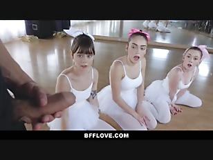 小学生か中学生くらいのロリ娘がデカチン大好き!!巨根を小さいお口で咥え3Pのロリ系動画